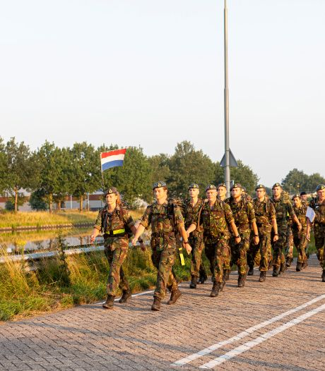 Militairen en burgemeester aan de wandel: 'Niet de sfeer van de echte Nijmeegse, maar we hebben het tof'