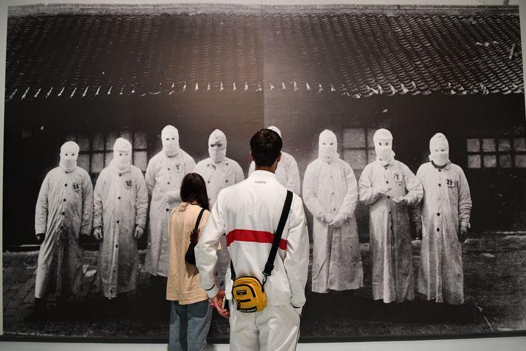 Museum Het Valkhof in Nijmegen is weer open. Bezoekers kijken naar een beeld uit de tentoonstelling over de pest Beeld Marcel van den Bergh / de Volkskrant