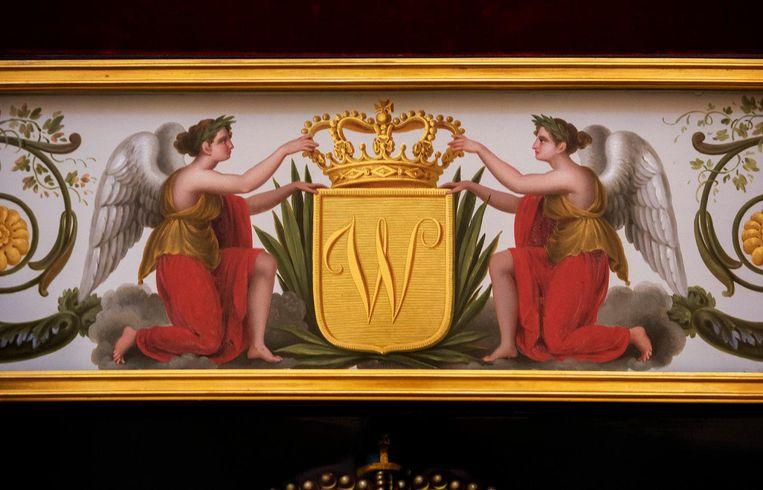 De Glazen Koets dankt zijn naam aan de royale vensters ('glazen'), en aan de horizontale witte band op het midden van het rijtuig met beschilderingen die achter glas zitten, zoals op de deur Beeld Raymond Rutting