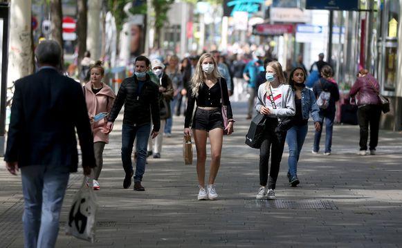 Shoppers in Wenen moeten een mondmasker dragen als ze een winkel binnengaan.