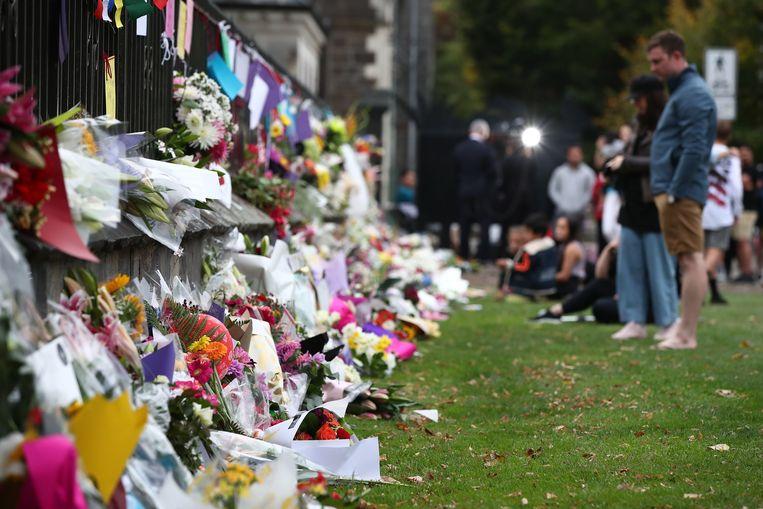 Mensen rouwen samen na de aanslag in het Nieuw-Zeelandse Christchurch.  Beeld Getty Images