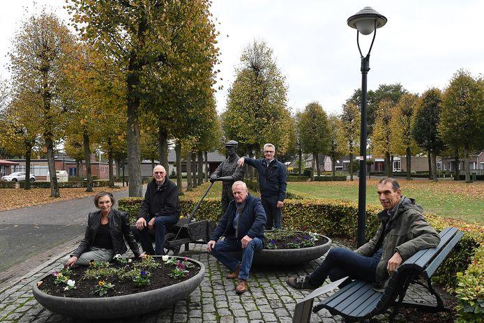 Hartje Landhorst, het beeld van de Peelwerker. Nel Bontrup, Huub Rijken, Walter Bontrup, Jo Derks en Pieter Jacobs (vlnr).