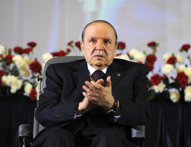 De voormalige Algerijnse president Abdelaziz Bouteflika, kort nadat hij in 2014 zittend in een rolstoel voor de vierde keer is ingezworen als staatshoofd. Beeld AP