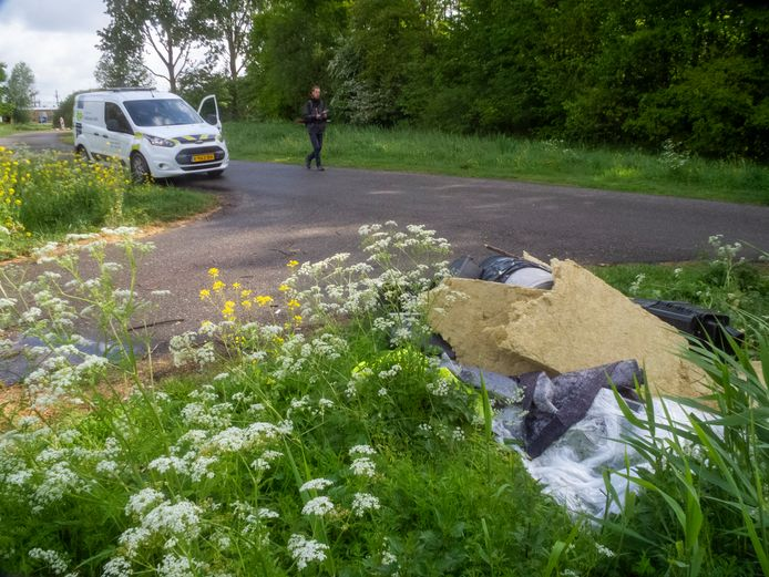 Aan de rand van het Develbos net buiten Zwijndrecht zijn de frestanten van een wietplantage gedumpt.