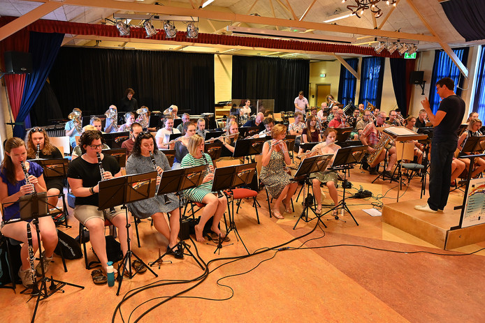 Het Vierdaagse orkest oefent in Sambeek voor de komende concertreeks.