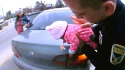 Agenten redden baby die stikt, moeder blijft verbazend kalm