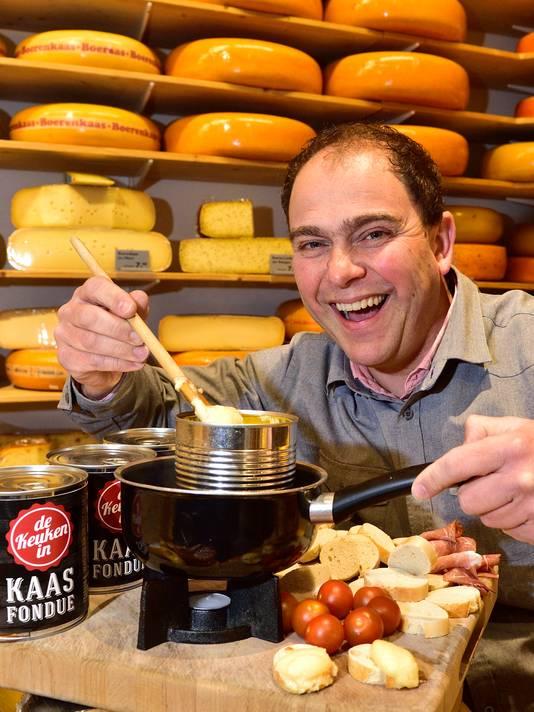 Steven van Dam van De Kaashakker met een blik kaasfondue.
