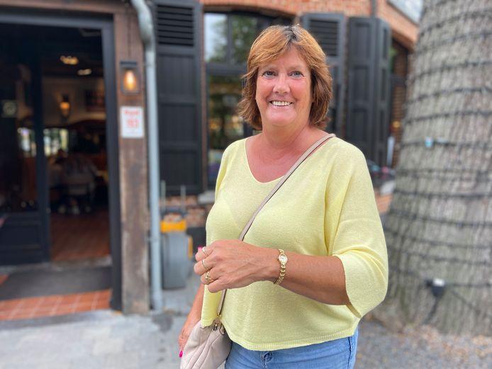 Monique de Bleyser met de gouden horloge van haar grootmoeder. Die zou achthonderd euro waard zijn.