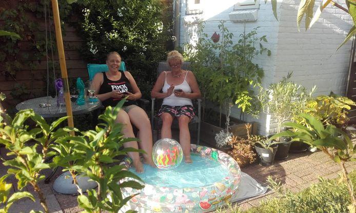 Alie Dikken bij haar zwembadje in Arnhem