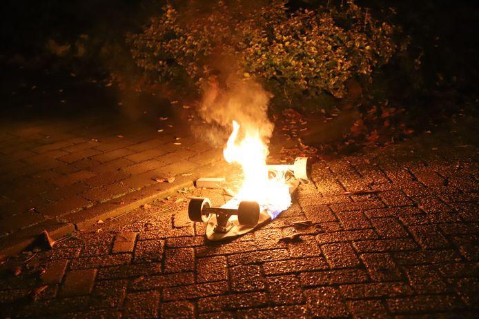 Van het elektrische skateboard bleef niets over na de brand.
