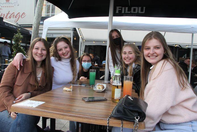 Deze vriendinnen genoten op een terras op de Izegemse Grote Markt.