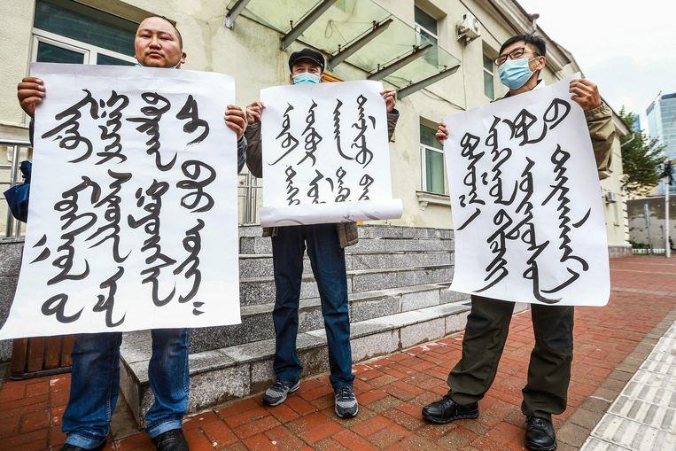 Mongolen protesteren in de hoofdstad Oelan Bator tegen de onderdrukking van hun taalgenoten in de Chinese regio Binnen-Mongolië, net over de grens.  Beeld AFP