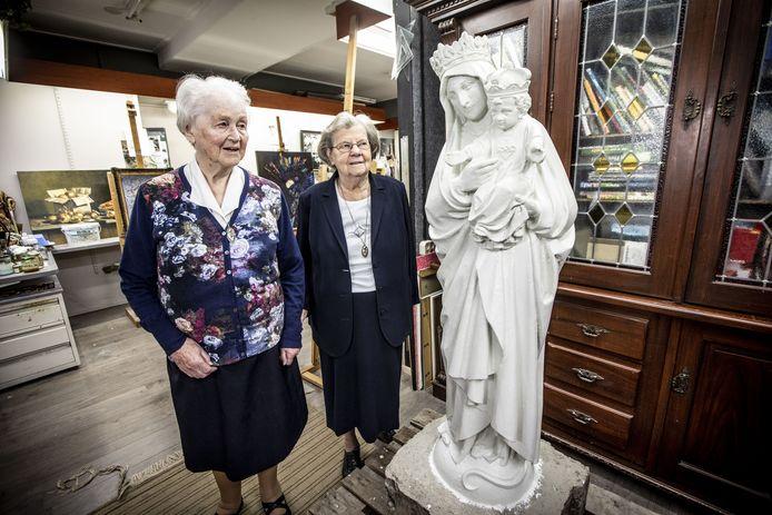 De zusters Castissima (links) en Leokorda (rechts) bij het Mariabeeld