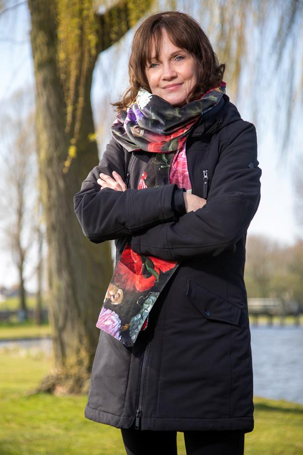Enny Smit zou in april een operatie krijgen, waardoor ze minder last heeft van krampen in haar borst. Door het coronavirus is de ingreep uitgesteld.