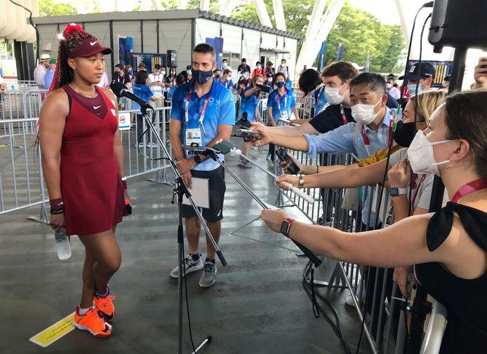 Naomi Osaka staat de massaal toegestroomde media te woord.