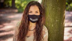 'Wil jij mijn bubbelvriendje zijn?' of 'Vrijgezel': Jedidja (30) bedenkt mondmaskers met ludieke boodschap