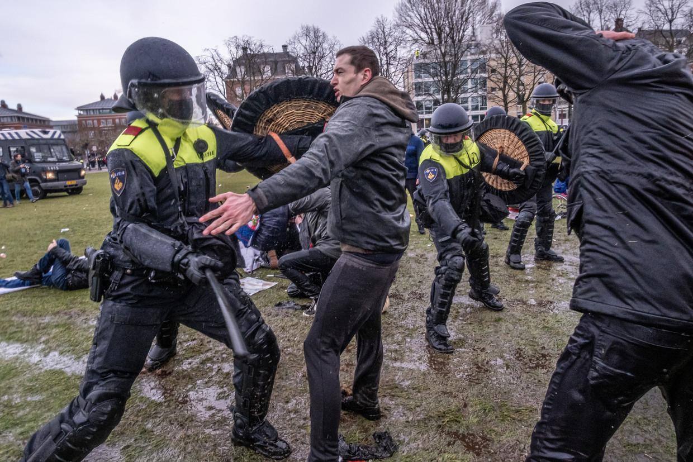 De politie maakt een einde aan de demonstratie op het Museumplein. Waterkanonnen en politiehonden worden ingezet tegen demonstranten die het plein niet willen verlaten. Beeld Joris van Gennip