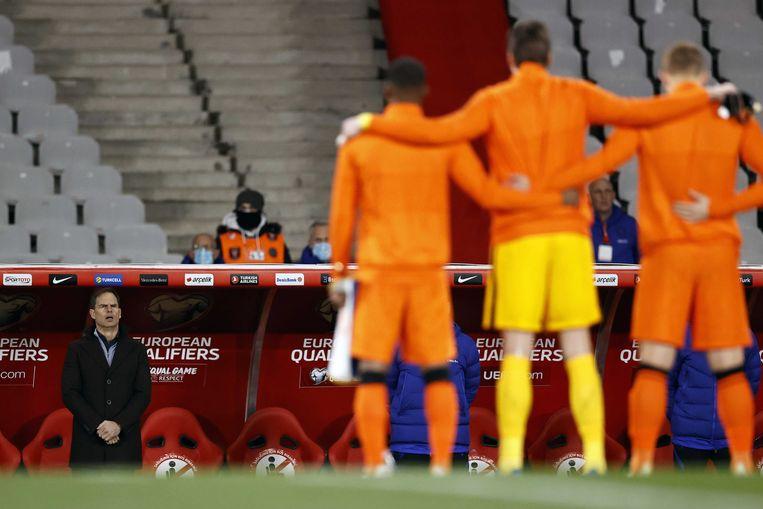 Frank de Boer tijdens de WK-kwalificatie wedstrijd tussen Turkije en Nederland. Beeld ANP