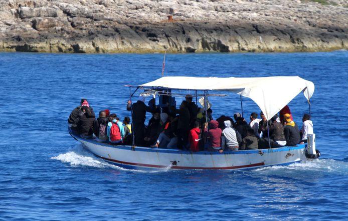 Een bootje vol migranten naderen Lampedusa begin mei.