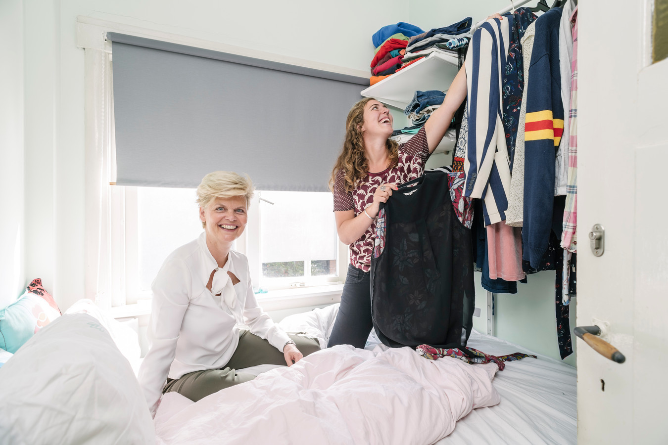 Interieurarchitect Doret Schulkes neemt de studententkamer van Fabienne Derks onder de loep.