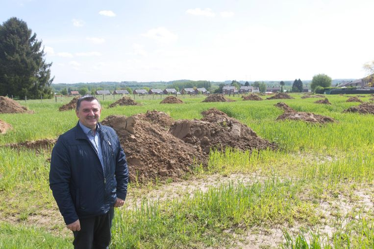 Burgemeester Werner Raskin op de Middelste Kommen, waar het grootste bouwproject na het bouwverlof zal beginnen.