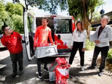 FC Utrecht-captain Willem Janssen helpt kansarme gezinnen aan een laptop