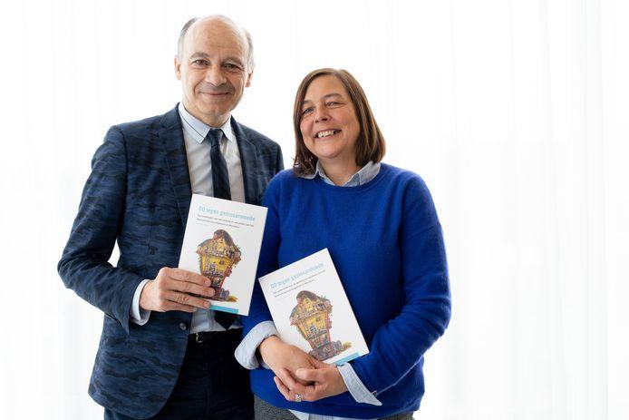 Onderzoekster Bérénice Storms en voorzitter van het Kinderarmoedefonds Peter Adriaenssens stellen het boek rond Gezinsondersteuning (Go) voor.