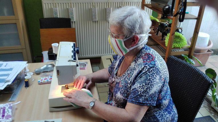 Viviane Michiels is één van de vrijwilligers van woonzorgcentrum Sint-Antonius in Zaventem die mondmaskers voor het personeel van het rusthuis maken.