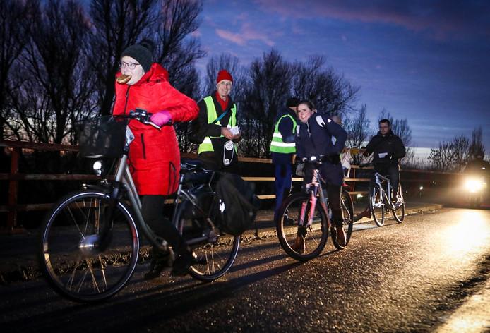 Vanwege de werkzaamheden kozen de nodige mensen maandagochtend voor alternatief vervoer, zoals de fiets. Op de Wantijbrug kregen zij maandagochtend een krentenbol van de Fietsersbond. De broodjes werden dankbaar in ontvangst genomen.