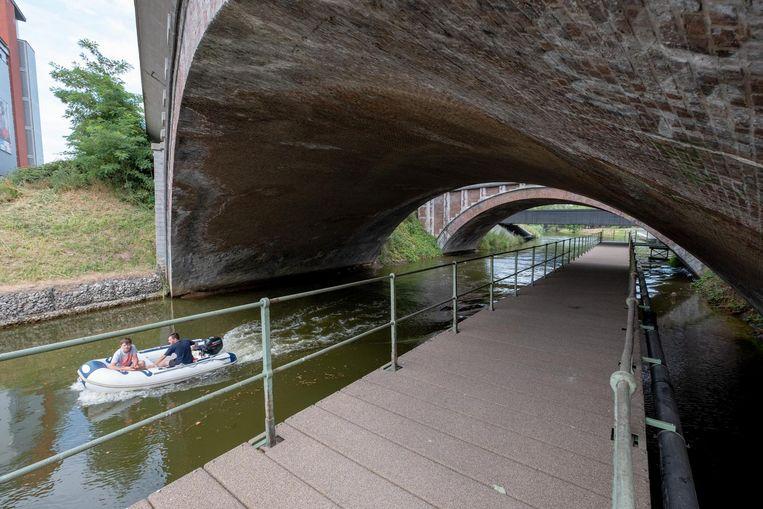 Een bootje vaart naast het vernieuwde Dijlepad.