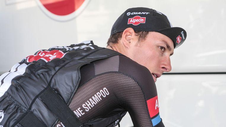 Ramon Sinkeldam rijdt zich warm voor de bus van zijn ploeg Giant-Alpecin. Beeld ProShots