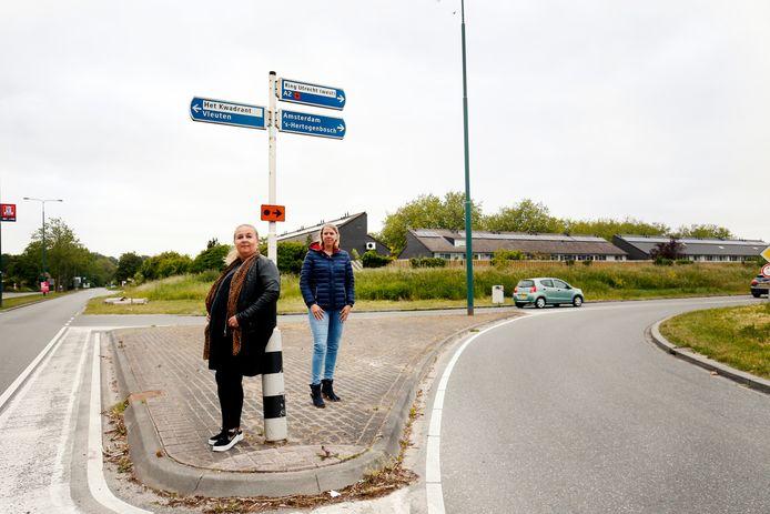 Bewoners van Maarssenbroek Diana Kragten (L) en Femke Schoo zijn fel tegen de sluiting van de Maarssenbroekseslag.