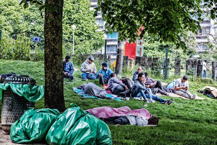 Transmigranten in het Maximiliaanpark