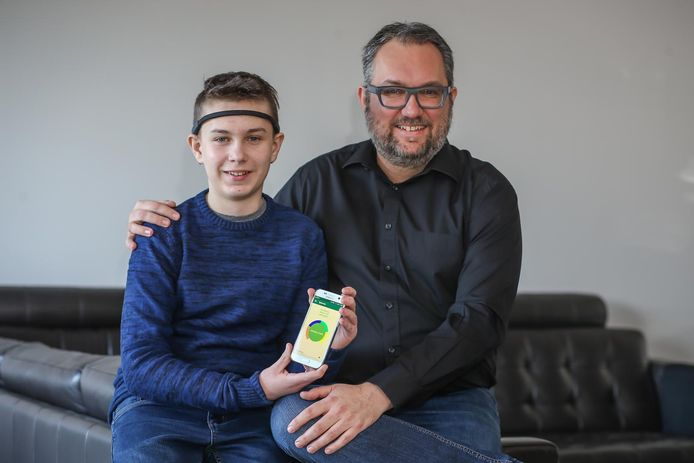 Daan Buckinx met papa Tim en de app (inzet) die zijn vader speciaal voor hem ontwikkelde.