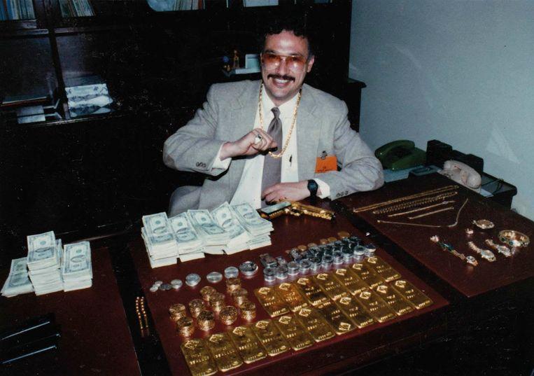 Javier Peña bij de politie in Colombia, na de inbeslagname van geld en een gouden pistool van Escobar.  Beeld rv