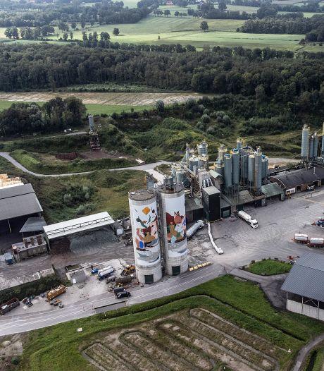 Uitstoot en opslag steengroevefabriek Sibelco voldoen aan alle normen, bezwaren omwonenden ongegrond