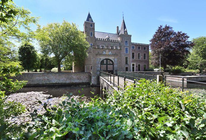 Slot Haamstede met gracht en poortgebouw.