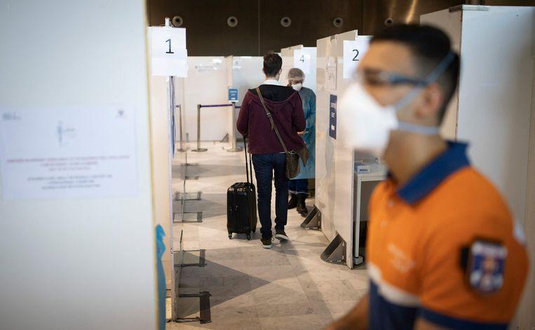 Testen op het vliegveld van Roissy, nabij Parijs. Reizigers naar Frankrijk uit Brazilië, Chili, Argentinië, Zuid-Afrika, India en Guyana moeten een antistoffentest kunnen overleggen en 10 dagen in quarantaine. Beeld AFP