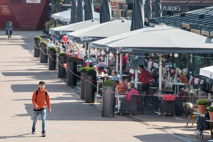 De terrassen in de Hengelose binnenstad mogen tot in ieder geval 31 december de ruimere opzet vanwege corona houden.
