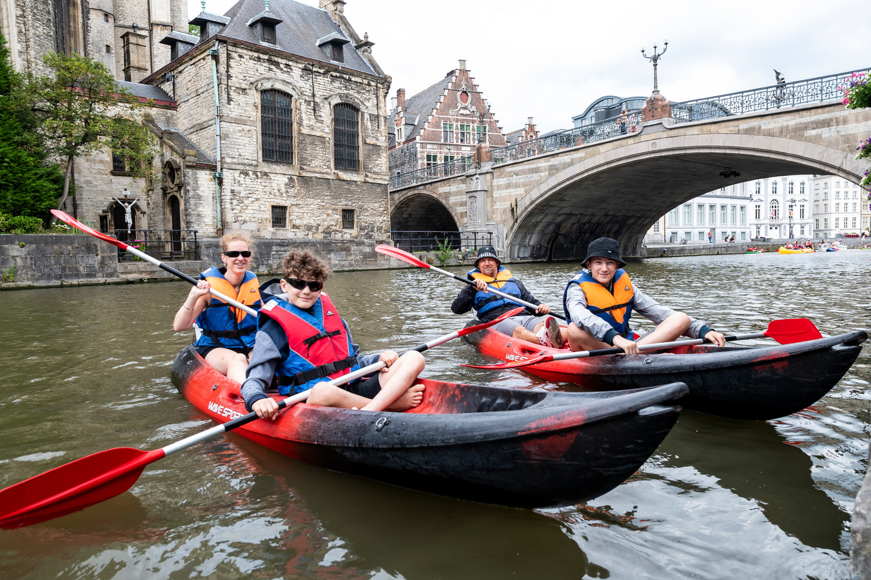 Caroline, Kevin en hun zonen Guss en Lewis op verkenning in Gent.