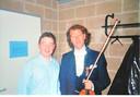 Kapper Marc Dekegel tijdens zijn jaren achter de schermen van Tien Om Te Zien op de foto met André Rieu.