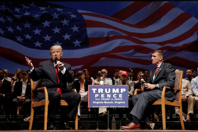 ► Donald Trump en generaal op rust Mike Flynn tijdens een meeting in Virginia. Flynn is voorgedragen als veiligheidsadviseur. Beeld REUTERS