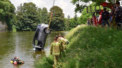 Auto bolt van oprit in Ieper, naast visser recht het water in