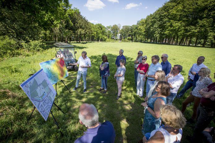 De plannen voor Landgoed De Hulst worden gepresenteerd.