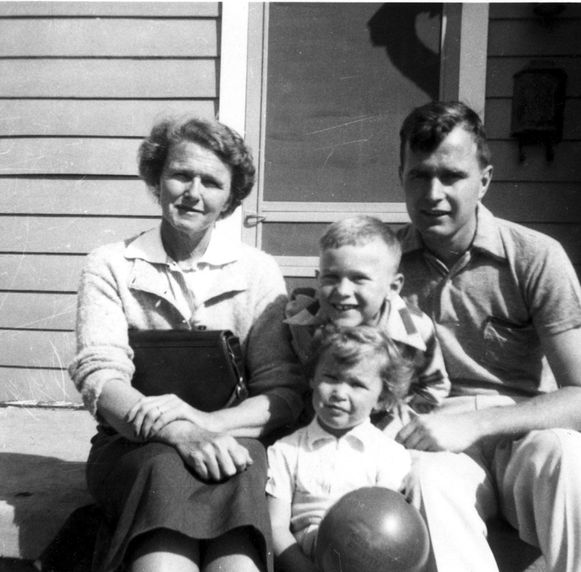 Dorothy Walker Bush met haar zoon, George H. W. Bush, en haar kleinkinderen, George W. en Robin Bush in april 1953.
