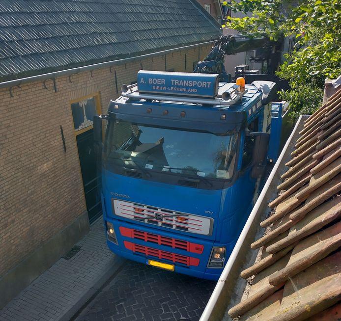 Bewoners van de Batterij in Drimmelen zijn de verkeersoverlast in hun smalle straatje beu. Een van de ergernissen is het vrachtverkeer dat het verbodsbord negeert, waardoor de eeuwenoude huisjes staan te schudden.