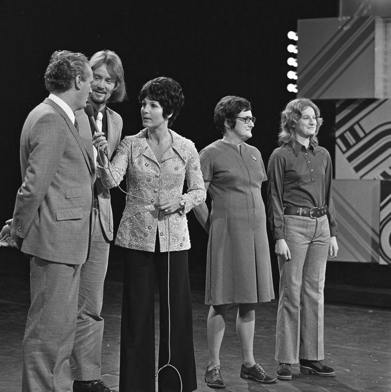 Mies Bouwman met het jasje van ontwerper Dick Holthaus in een televisie-uitzending in 1972. Beeld Hollandse Hoogte