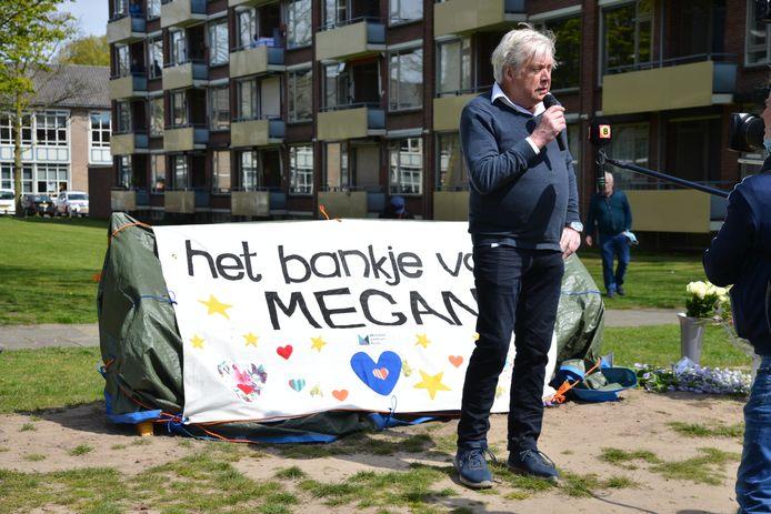 Bankje onthuld in de wijk Boeimeer ter nagedachtenis aan de omgebrachte Megan.