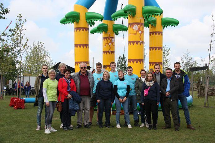 Het schepencollege met enkele vrijwilligers tijdens de buitenspeeldag