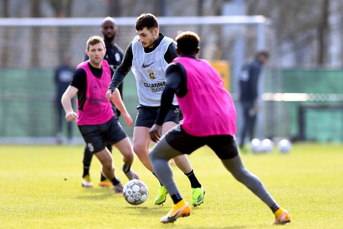 Matus Bero op de training van Vitesse.